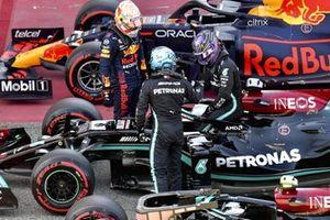 Max Verstappen, Red Bull Racing, en Valtteri Bottas, Mercedes, feliciteren Lewis Hamilton, Mercedes, ,met zijn honderdste pole-position