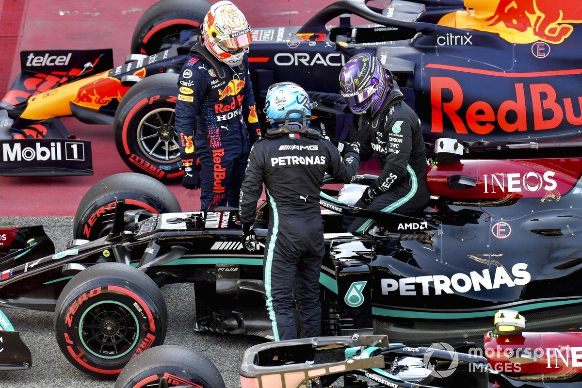 Max Verstappen, Red Bull Racing, y Valtteri Bottas, Mercedes, felicitan a Lewis Hamilton, Mercedes, en Parc Ferme tras conseguir su pole número 100 en la F1