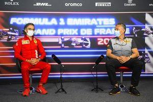 Laurent Mekies, Racing Director, Ferrari, en Mario Isola, Racing Manager, Pirelli Motorsport