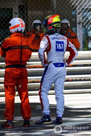 Mick Schumacher, Haas F1, parla a un marshal dopo l'incidente in FP2