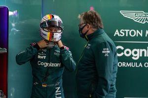 Sebastian Vettel, Aston Martin, con Otmar Szafnauer, Team Principal e CEO, Aston Martin F1