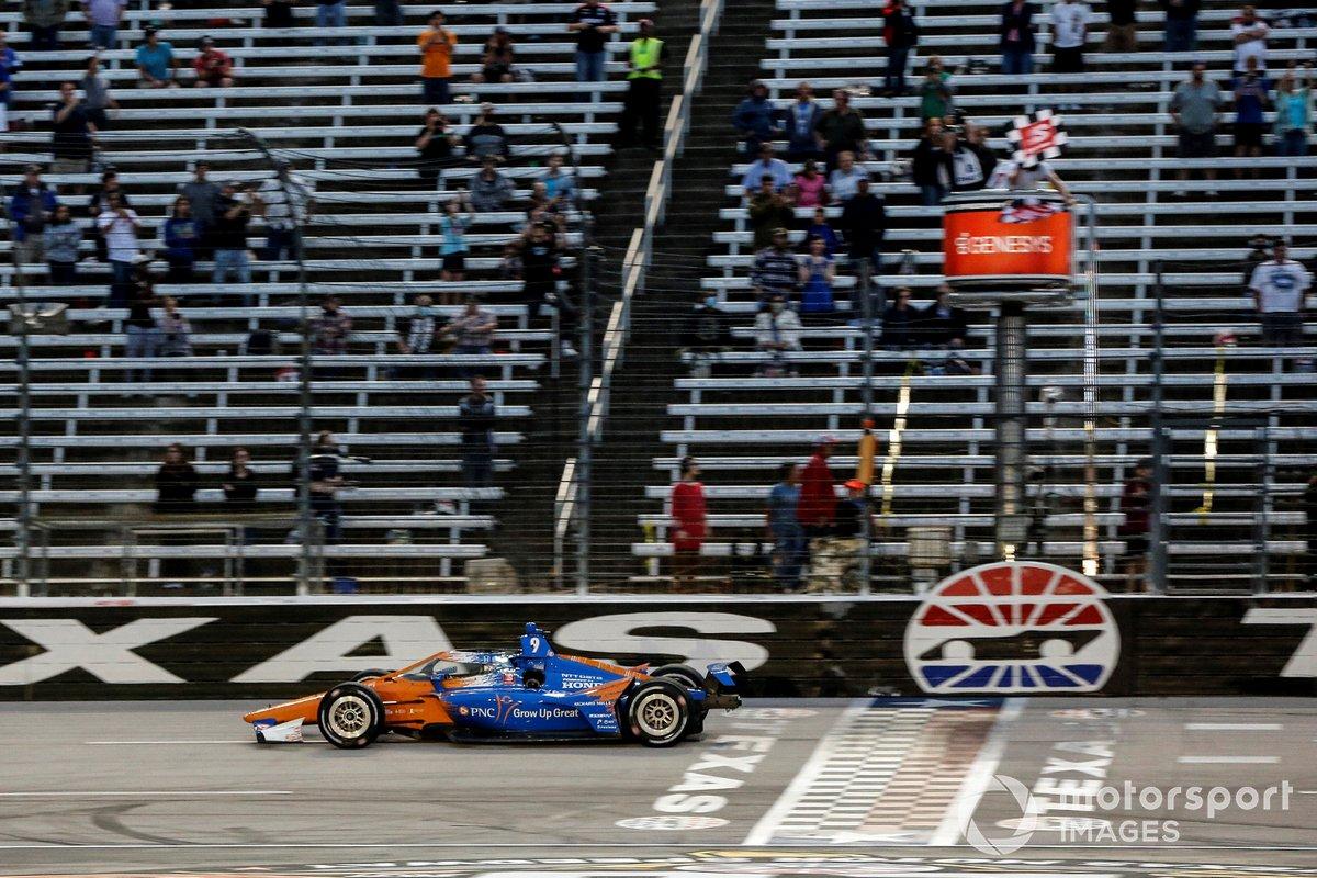 Ganador Scott Dixon, Chip Ganassi Racing Honda se lleva la bandera a cuadros