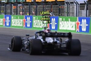 Lewis Hamilton, Mercedes W12, rijdt langs zijn pitbord