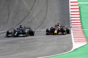 Lewis Hamilton, Mercedes W12, passeert Max Verstappen, Red Bull Racing RB16B