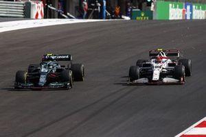 Sebastian Vettel, Aston Martin AMR21, battles with Antonio Giovinazzi, Alfa Romeo Racing C41