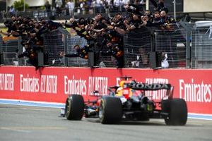 Max Verstappen, Red Bull Racing RB16B, 1st position, crosses the line to the delight of his team on the pit wall