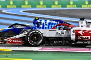 Nicholas Latifi, Williams FW43B, battles with Kimi Raikkonen, Alfa Romeo Racing C41