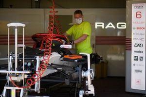 Un meccanico lavora sull'auto di Nico Muller, Dragon Penske Autosport, Penske EV-5