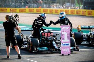 Valtteri Bottas, Mercedes, feliciteert Lewis Hamilton, Mercedes, met pole