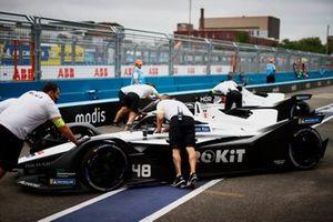 Edoardo Mortara, Venturi Racing, Silver Arrow 02, is returned to the garage