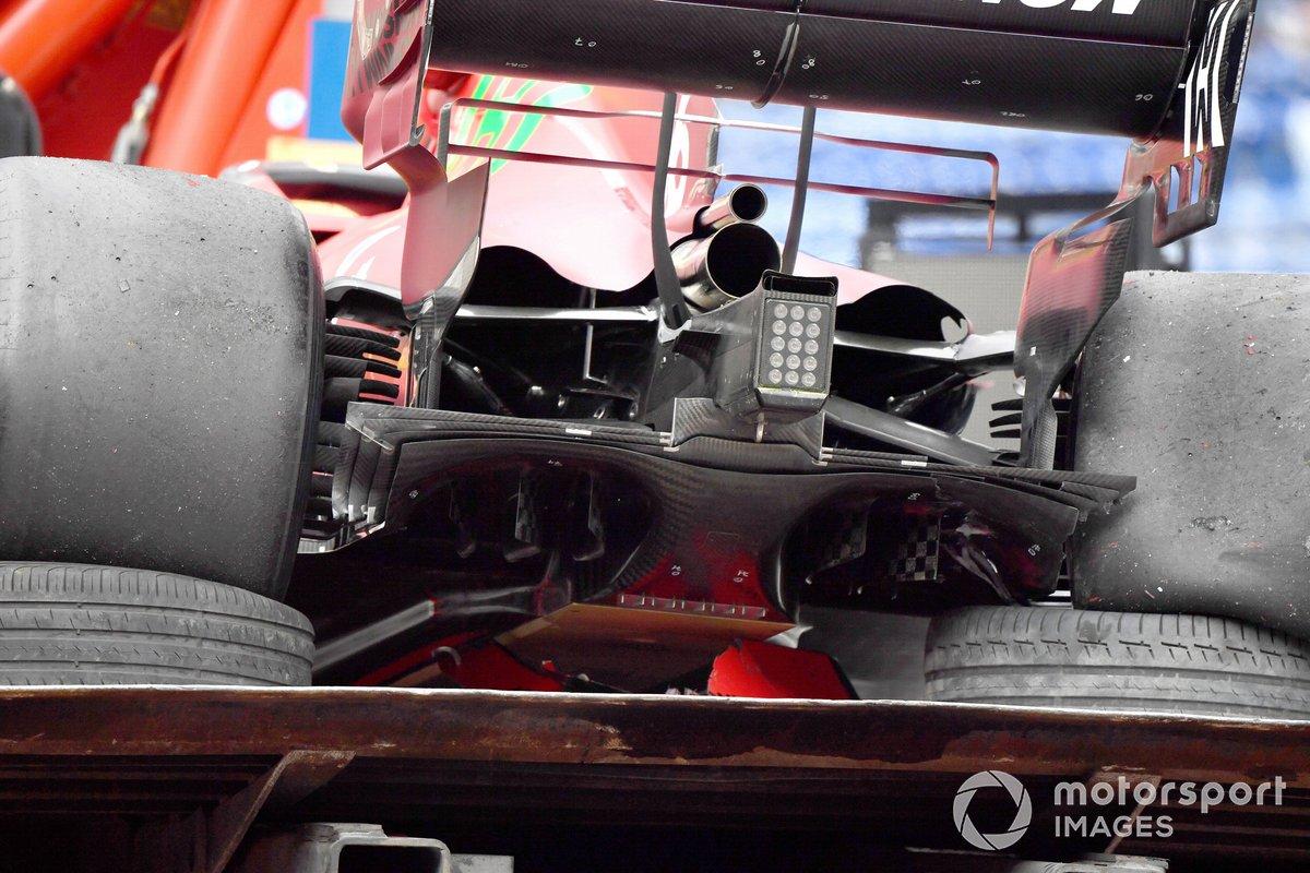 L'auto danneggiata di Charles Leclerc, Ferrari SF21, sul carro attrezzi