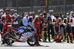 Schweigeminute für Moto3-Pilot Jason Dupasquier vor dem Start zum GP Italien 2021 in Mugello