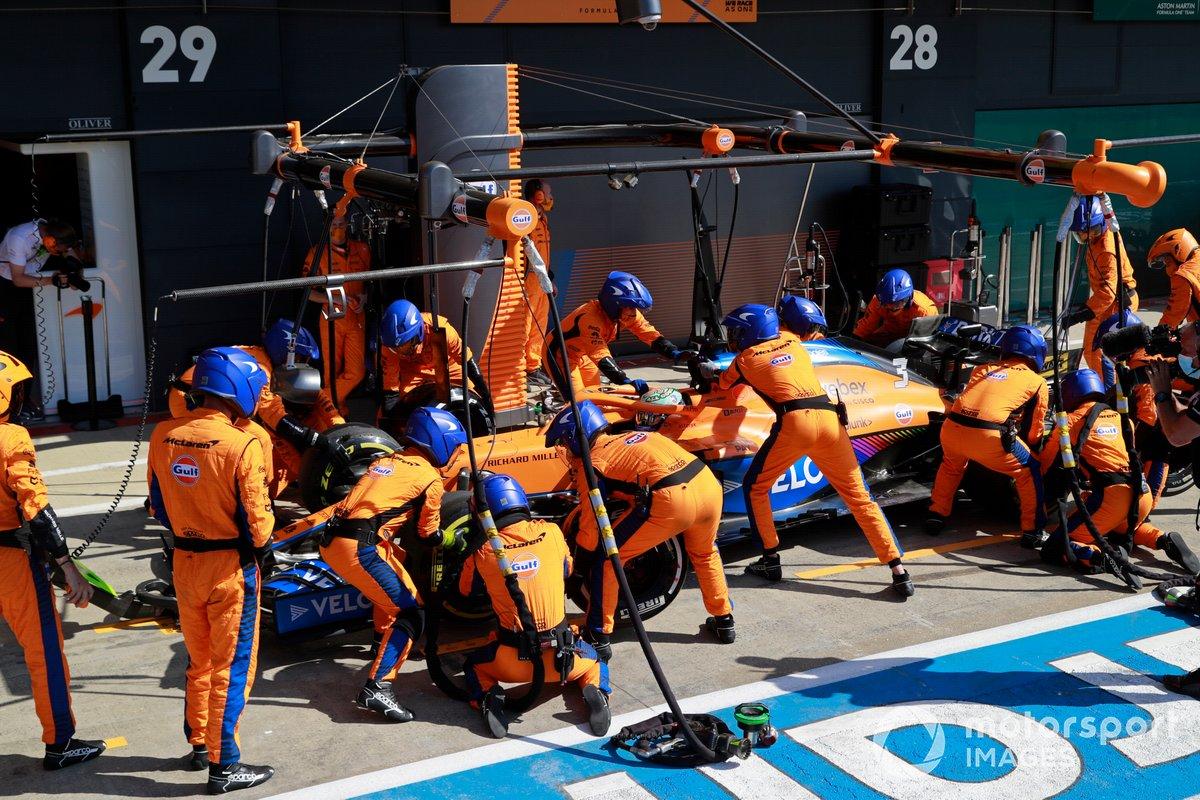 Daniel Ricciardo, McLaren MCL35M, effettua una fermata