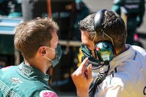 Sebastian Vettel, Aston Martin, met zijn engineer