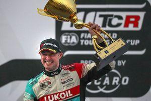 Podium: Racewinnaar Gordon Shedden, Audi Sport Leopard Lukoil Team