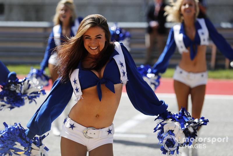 Las Cheerleaders de los Dallas Cowboys se unen a las celebraciones de la parrilla previa a la carrera