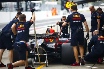 Engineers met de wagen van Max Verstappen, Red Bull Racing RB14, in de pits