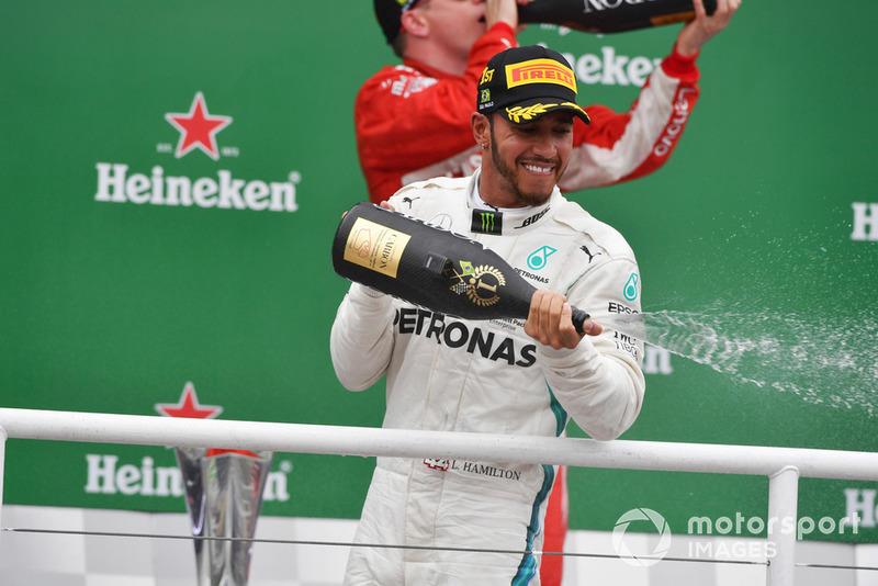 El ganador de la carrera Lewis Hamilton, Mercedes AMG F1 celebra en el podio con el champán