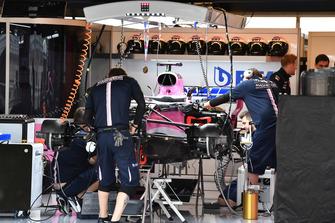 Racing Point Force India VJM11 in de garage