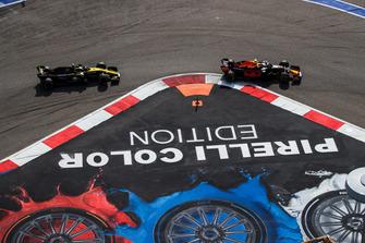 Max Verstappen, Red Bull Racing RB14, voor Nico Hulkenberg, Renault Sport F1 Team R.S. 18