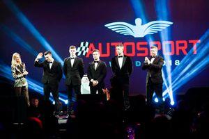 Les nommés au McLaren Autosport BRDC Award Jamie Caroline, Tom Gamble, Max Fewtrell et Kiern Jewiss sur scène avec Nicki Shields et David Croft