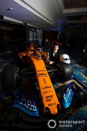 Обладатель премии McLaren Autosport BRDC Award Том Гэмбл и автомобиль Формулы 1 команды McLaren