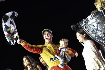 Joey Logano, Team Penske, Ford Fusion Shell Pennzoil, festeggia dopo la vittoria del Titolo 2018 della Nascar Monster Cup Series