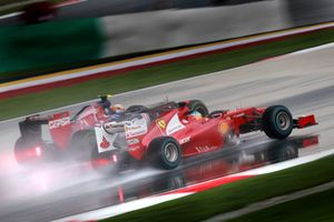 Fernando Alonso, Ferrari F2012, passeert Jean-Eric Vergne, Toro Rosso STR7 Ferrari
