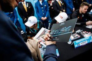 Un fan regarde la carte d'autographes Panasonic Jaguar Racing