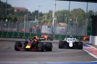 Daniel Ricciardo, Red Bull Racing RB14 ve Charles Leclerc, Sauber C37