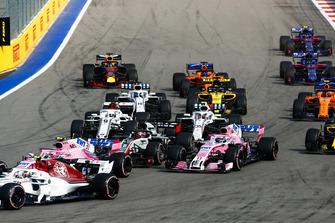 Charles Leclerc, Sauber C37 ve Esteban Ocon, Racing Point Force India VJM11, Romain Grosjean, Haas F1 Team VF-18, Sergio Perez, Racing Point Force India VJM11, Marcus Ericsson, Sauber C37, startta