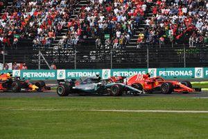Lewis Hamilton, Mercedes-AMG F1 W09 EQ Power+ y Kimi Raikkonen, Ferrari SF71H battle