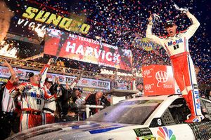 Kevin Harvick, Stewart-Haas Racing, Ford Fusion Mobil 1, celebrates in Victory Lane.