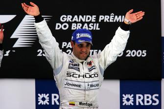 El ganador de la carrera Juan Pablo Montoya (COL) McLaren celebra en el podio