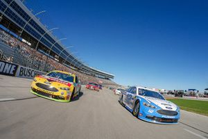 Pace-Laps: Ryan Blaney, Team Penske, Ford Fusion Accella/Carlisle, Clint Bowyer, Stewart-Haas Racing, Ford Fusion Rush Truck Centers/Mobil Delvac 1