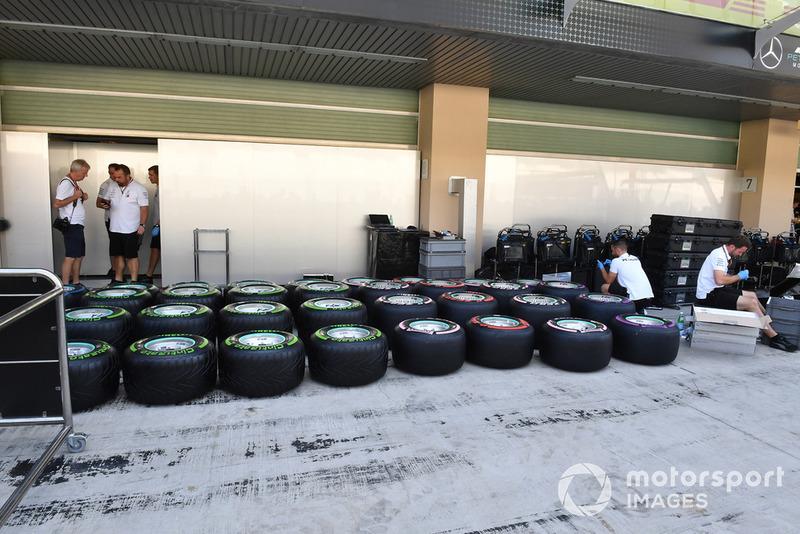 Mercedes-AMG F1 mechanics and Pirelli tyres