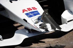 I danni sul muso della monoposto di Tom Dillmann, NIO Formula E Team, NIO Sport 004, dopo l'incidente in pit lane