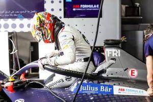 Robin Frijns, Envision Virgin Racing climbs into the cockpit