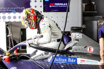 Robin Frijns, Envision Virgin Racing climbs into the cockpit