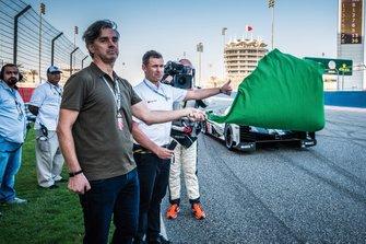 Tom Kristensen agite le drapeau vert