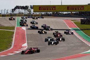 Kimi Raikkonen, Ferrari SF71H, Lewis Hamilton, Mercedes AMG F1 W09 EQ Power+, Valtteri Bottas, Mercedes AMG F1 W09 EQ Power+, Daniel Ricciardo, Red Bull Racing RB14, Sebastian Vettel, Ferrari SF71H, y el resto del grupo