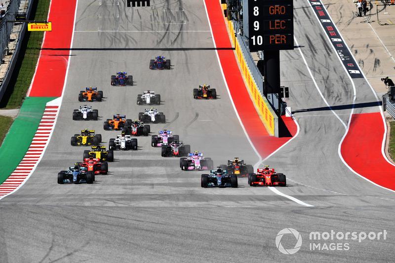 Lewis Hamilton, Mercedes-AMG F1 W09 y Kimi Raikkonen, Ferrari SF71H en la salida