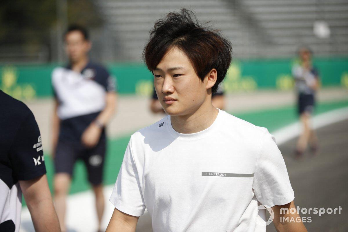 Yuki Tsunoda (AlphaTauri AT02) durante el track-walk