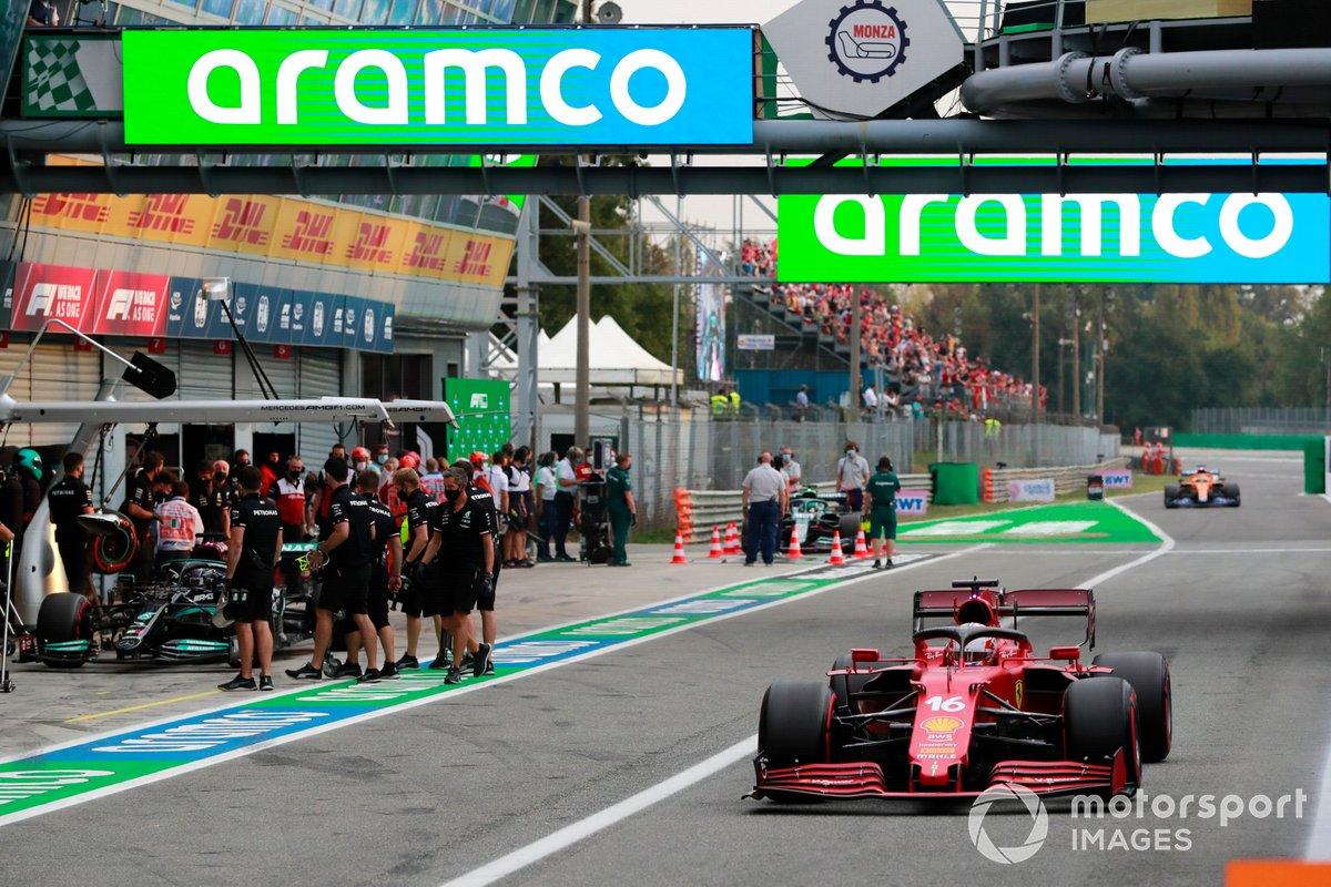 Charles Leclerc, Ferrari SF21, en pit lane