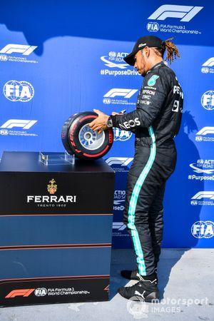 Pole Sitter Lewis Hamilton, Mercedes met de Pirelli Pole Position Award