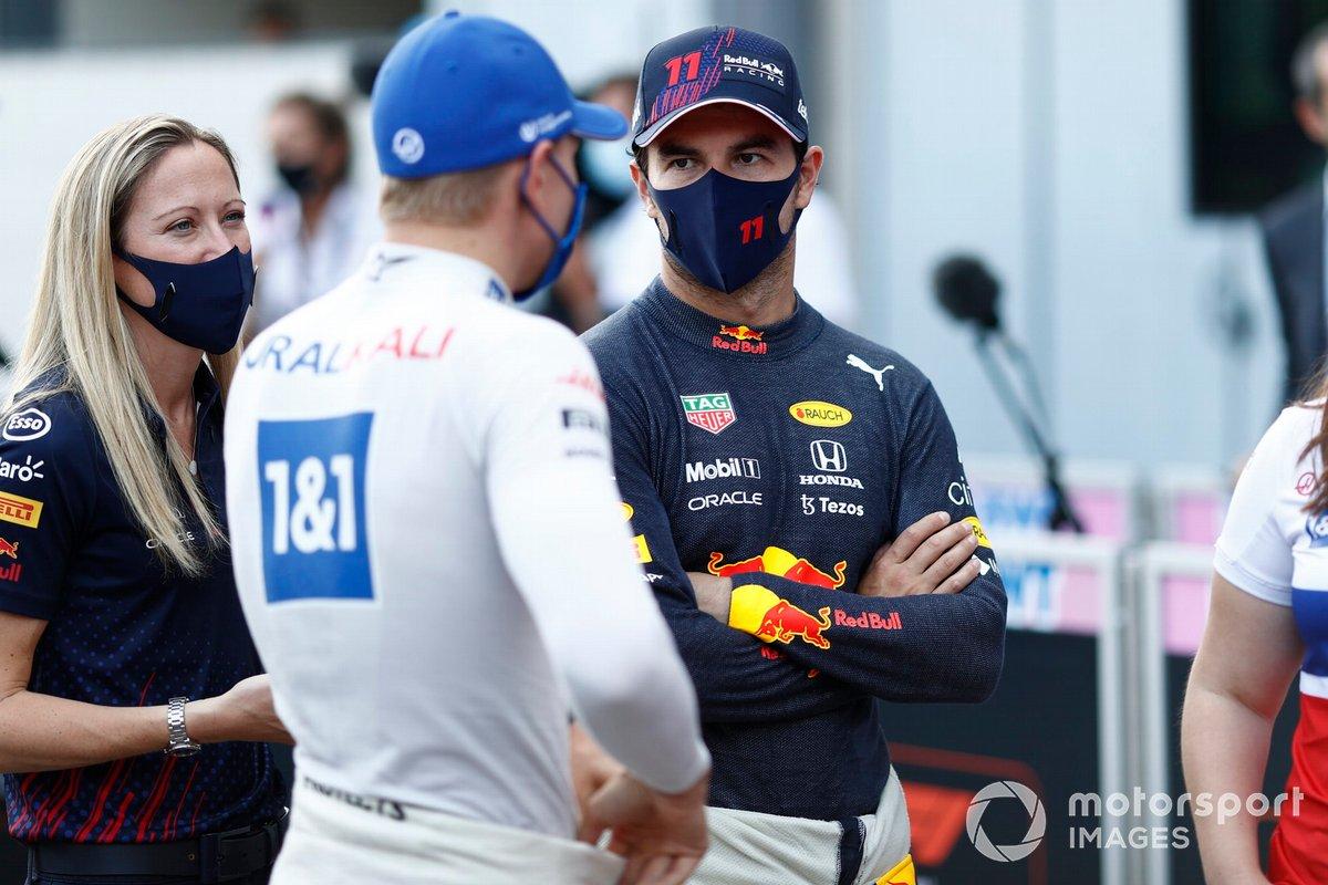 Mick Schumacher, Haas F1, con Sergio Pérez, Red Bull Racing