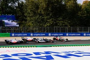 Robert Kubica, Alfa Romeo Racing C41, spint voor Yuki Tsunoda, AlphaTauri AT02, Mick Schumacher, Haas VF-21, en Nikita Mazepin, Haas VF-21.