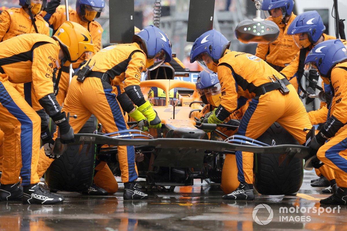 Lando Norris, McLaren MCL35M, cambia su alerón delantero en boxes