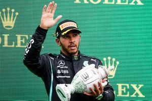 Lewis Hamilton, Mercedes, terzo classificato, con il trofeo
