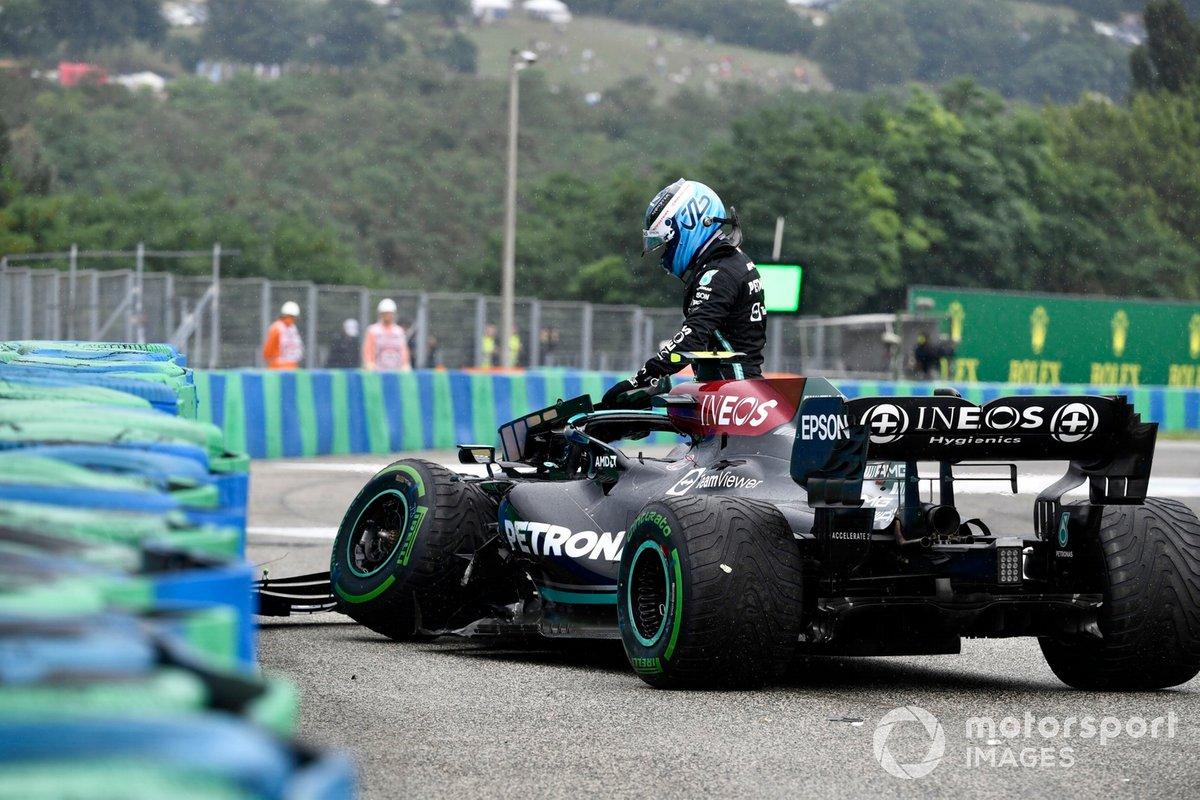 Valtteri Bottas, Mercedes W12, se baja de su coche dañado tras chocar en la salida